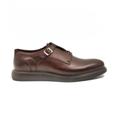 """Muške elegantne cipele xcross double monk izradjene su od tamnobraon glatke teleće Nappa kože, ručno farbane i polirane da bi se dobio blago zadimljeni polumat efekat. Svojim jednostavnim i neoklasičnim dizajnom ipak su malo drugačije zbog ukrštenih metalnih kopči. Ove muške cipele su pogodne za svaku priliku od najformalnije do svake casual smart varijante. Fleksibilan i ultra lak """"X-Lite""""đon će Vam pružiti vrhunski komfor tokom celog dana. Tip izrade Cementing."""