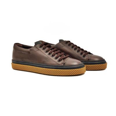 """Muške plitke cipele/patikeizradjene od najfinije i zanatski obrađene teleće velur kože u čokolada braon boji. Ovaj model kombinuje casual stil i udobnost za ceo dan. Izuzetno udoban rebrasti djon """"The Gom"""" od prirodne gume u kombinaciji 2 boje i sa duplim šavom čini ovu patiku modernom i izdržljivom. Tip izrade double Blake Stitch."""