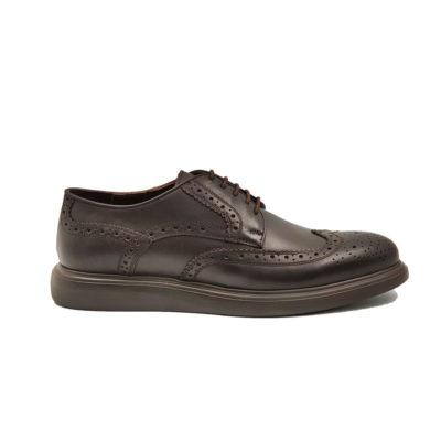 """Muške plitke cipeleDerby full brogues izradjene su od tamnobraon glatke teleće Nappa kože, ručno farbane i polirane da bi se dobio blago zadimljeni polumat efekat. Svojim jednostavnim i neoklasičnim dizajnom, ove cipele su pogodne za svaku priliku od najformalnije do svake smart casual varijante. Fleksibilan i ultra lak """"X-Lite"""" djon će Vam pružiti vrhunski komfor. Tip izrade Cementing."""