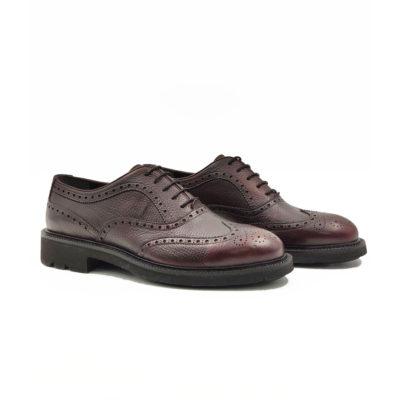 "Muške elegantne cipele Oxford full broghe izrazito su zrnaste strukture od teleće Nappa kože ručno farbane i polirane da bi se dobio isti zadimljeni polumat efekat na celoj površini. Svojim jednostavnim i neoklasičnim dizajnom, a zahvaljući novom djonu koji samo na prvi pogled deluje blago predimenzioniran imaćete cipele pogodne za svaku priliku-od najformalnije do smart casual varijante. Vrhunski ""The Gom "" djon od prirodne gume u crnoj boji pruža punu fleksibilnost i udobnost za ceo dan. Tip izrade Cementing."