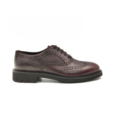 "Muške elegantne kožne cipele Oxford full broghe izrazito su zrnaste strukture od teleće Nappa kože ručno farbane i polirane da bi se dobio isti zadimljeni polumat efekat na celoj površini. Svojim jednostavnim i neoklasičnim dizajnom, a zahvaljući novom djonu koji samo na prvi pogled deluje blago predimenzioniran imaćete cipele pogodne za svaku priliku-od najformalnije do smart casual varijante. Vrhunski ""The Gom "" djon od prirodne gume u crnoj boji pruža punu fleksibilnost i udobnost za ceo dan. Tip izrade Cementing."