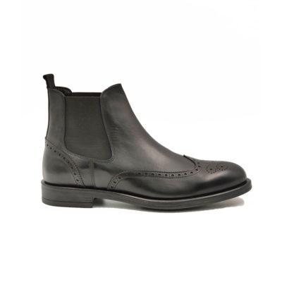 """Muške čizme Chelsea Wingtip B53-03 od izuzetno meke teleće Nappa kožeu crnoj boji.Uspešna kombinacija klasičnog i modernog dizajna. Vrhunski đon""""The Gom"""" od prirodne gume i elastična traka u boji kože sa obe strane za brzo i komforno obuvanje, tip izrade Goodyear welt."""