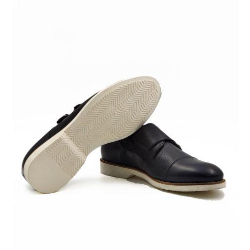"""Muške plitke cipele double Monk strap od najfinije tamnoplave Nappa kože izrazito zrnaste strukture, ručno farbane kako bi se dobio blagi mat efekat. Zanimljiva kombinacija modernog double Monk modela sa novim ultra lakim """"X-Lite"""" djonom zahvaljujući kome ne morate da brinete za udobnost i dugotrajnost ovog modela . Za ovaj model muške obuće način izrade je Goodyear welt."""