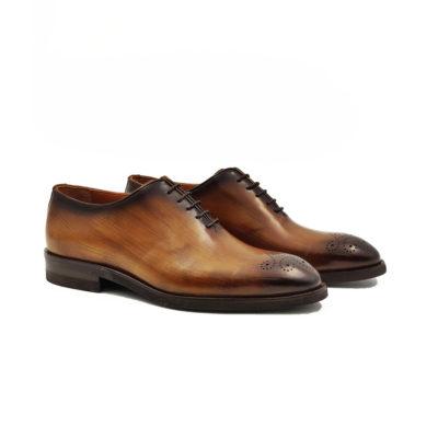 Muške elegantne cipele Balmoral whole cut je model kojim zaista možemo da se pohvalimo. Ovaj model zahteva vrhunskog obućara koji zna sve tajne svog zanata jer se izradjuje od jednog celog komada kože pa se i najmanja greška na kraju primeti. Koristili smo vrhunsku teleću Nappa kožu tamnobraon boje koja je ručno farbana, polirana ,senčena na gornjim ivicama i vrhu cipele. Na kraju je po bočnim stranama abrazivnim četkama još malo osenčena čime smo dobili blago drvenast izgled. Za ovaj model najbolji tip izrade- Goodyear welt.