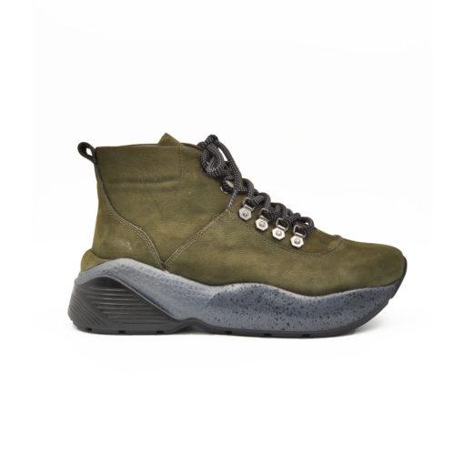 """Ženske duboke cipele/patikenapravljene od fino brušene teleće velur kože u maslinasto zelenoj boji. Ovaj model je savršena kombinacija udobnosti i stila,a ako volite casual-chic style ovo je patika za Vas. Futurističkim izgledom i blago predimenzioniranim djonom ovaj model ima dizajn koji je u toku sa poslednjim modnim trendovima. """"Lite Gom"""" djon ima fleksibilnu strukturu koja pruža neverovatan komfor. Tip izrade Cementing."""