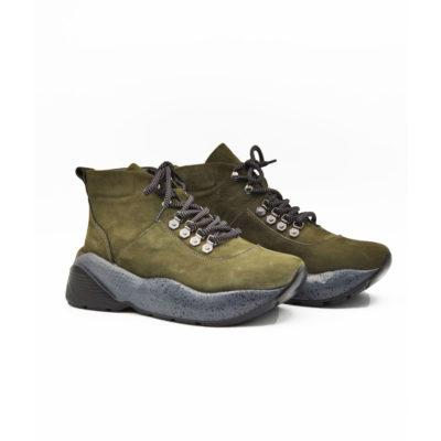 """Ženske duboke cipele/patike napravljene od fino brušene teleće velur kože u maslinasto zelenoj boji. Ovaj model je savršena kombinacija udobnosti i stila.Ako volite casual-chic style ovo je patika za Vas. Futurističkim izgledom i blago predimenzioniranim djonom ovaj model ima dizajn koji je u toku sa poslednjim modnim trendovima. """"Lite Gom"""" djon ima fleksibilnu strukturu koja pruža neverovatan komfor. Tip izrade Cementing."""