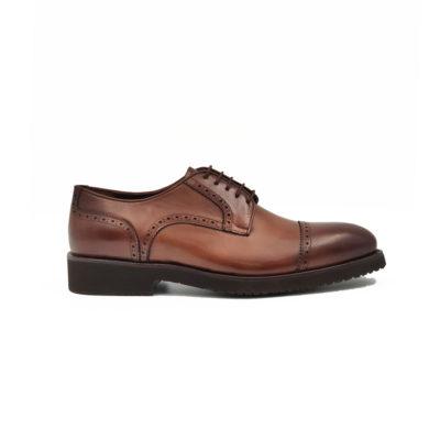 Muške cipele Blucher cap toe izradjene su od teleće Nappa kože ručno polirane da bi se dobila ujednačena blago zamagljena cognac braon boja. Ako niste skloni kompromisima u savremenoj modi i više volite klasiku ovo je pravi model muške obuće za Vas. Zanatski tip izrade-Goodyear welt. Sjajan izbor ako tražite udobnu mušku cipelu za formalne prilike!
