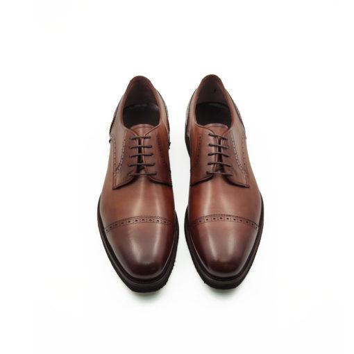 Muške elegantne cipele Blucher cap toe izradjene su od teleće Nappa kože ručno polirane da bi se dobila ujednačena blago zamagljena cognac braon boja. Ako niste skloni kompromisima u savremenoj modi i više volite klasiku ovo je pravi model muške obuće za Vas. Zanatski tip izrade-Goodyear welt. Sjajan izbor ako tražite udobnu mušku cipelu za formalne prilike!