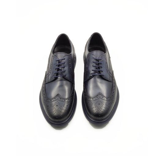 """Muške smart casual cipele Blucher Wingtip izrazito su glatke strukture od tamnoplave teleće Nappa kože. Ručno farbane i polirane da bi se dobio isti zadimljeni polumat efekat na celoj površini svojim jednostavnim i neoklasičnim dizajnom. Zahvaljući novom djonu koji samo na prvi pogled deluje blago predimenzioniran imaćete mušku smart casual obuću pogodnu za svaku priliku. Od najformalnije do smart casual varijante sa vrhunski i ultra lakim """" Lite Gom """" djonom. Potpuno neuobičajan za ovaj tip muške obuće koji ovom modelu daje potpuno novu dimenziju. Tip izrade Cementing."""