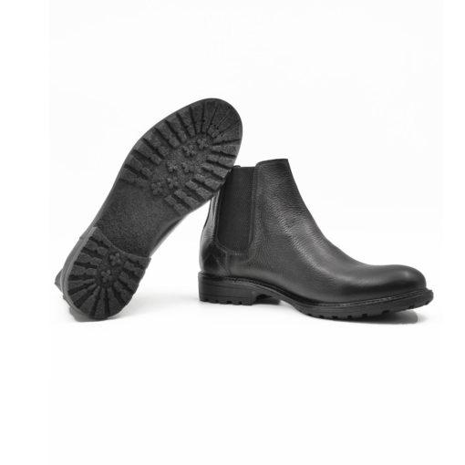 """Muške čizme Chelsea izradjene od najfinije crne brušene teleće Nappa kože izrazito zrnaste strukture kože. Ovaj model kombinuje smart casual stil i udobnost, idealan za muškarce koji su stalno u pokretu. Monolitni """" The Gom """" djon u crnoj boji daje fleksibilnu strukturu i pruža neverovatan komfor. Tip izrade Goodyear welt."""
