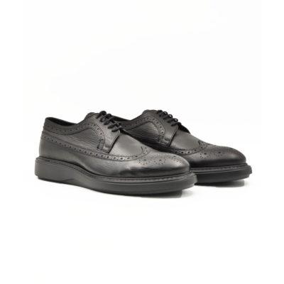 "Muške cipele smart casual Blucher Wingtip izrazito su zrnaste strukture od crne teleće Nappa kože. Ručno farbane i polirane da bi se dobio isti zadimljeni polumat efekat na celoj površini. Odlikuje ih jednostavan i neoklasičan Italijanski dizajn. Zahvaljući novom djonu koji samo na prvi pogled deluje blago predimenzioniran imaćete cipele pogodne za svaku priliku. Od najformalnije do smart casual varijante. Vrhunski i ultra laki "" Lite Gom "" djon potpuno neuobičajan za ovaj tip muške obuće ovom modelu daje potpuno novu dimenziju. Tip izrade Cementing."
