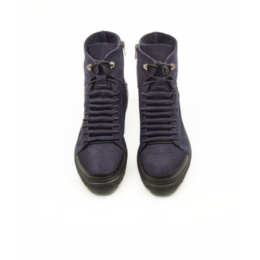 """Ženske duboke cipele/patikeod fino brušene teleće prevrnute kože u tamnoplavoj boji. Završna obrada kože na ovom modelu radjena je abrazivnim četkama koje ovom modelu daju patina efekat i farbane su ručno da bi se dobio blago zadimljeni izgled naročito na prednjem delu cipele. Tanke pertle i kožna prekrivka daje ovom modelu poseban šarm i originalnost. Monolitni """"The Gom """" djon od prirodne gume u crnoj boji daje fleksibilnu strukturu i pruža komfor tokom celog dana. Tip izrade Blake Stitch."""