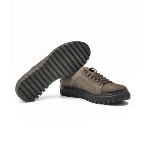 """Ženske plitke casual cipele/patikeod fino brušene teleće velur kože u tamnosivoj boji. Završna obrada kože na ovom modelu radjena je abrazivnim četkama koje ovom modelu daju patina efekat i farbane su ručno da bi se dobio blago zadimljeni izgled naročito na prednjem delu cipele. Tanke pertle i kožna prekrivka daje ovom modelu poseban šarm i originalnost. Monolitni """"The Gom """" djon od prirodne gume u crnoj boji daje fleksibilnu strukturu i pruža komfor tokom celog dana. Tip izrade Blake Stitch."""
