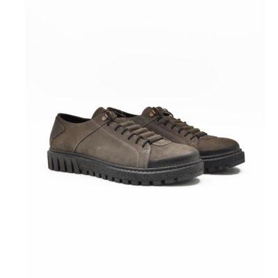 """Ženske plitke casual cipele-patike od fino brušene teleće velur kože u tamnosivoj boji. Završna obrada kože na ovom modelu radjena je abrazivnim četkama koje ovom modelu daju patina efekat i farbane su ručno da bi se dobio blago zadimljeni izgled naročito na prednjem delu cipele. Tanke pertle i kožna prekrivka daje ovom modelu poseban šarm i originalnost. Monolitni """"The Gom """" djon od prirodne gume u crnoj boji daje fleksibilnu strukturu i pruža komfor tokom celog dana. Tip izrade Blake Stitch."""