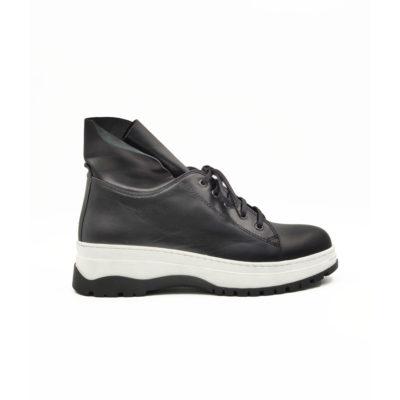 """Ženske poluduboke cipele/patikecasual style izradjene su od najfinije Nappa kože izrazito glatke strukture, ručno farbane sa crnom polumat završnicom. Ovaj model ima novi pristup u izradi što se vidi po zaobljenim konturama sa delikatnim šavovima na gornjoj strani cipele. Izuzetno udoban djon """"The Gom"""" od prirodne gumeza savršen način da istaknete bilo koji outfit. Tip izrade-Blake Stitch."""
