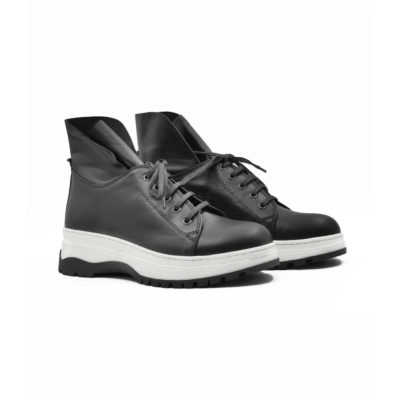 """Ženske poluduboke cipele/patikecasual style izradjene su od najfinije Nappa kože izrazito glatke strukture, ručno farbane sa crnom polumat završnicom. Ovaj model ima novi pristup u izradi što se vidi po zaobljenim konturama sa delikatnim šavovima na gornjoj strani cipele. Izuzetno udoban djon """"The Gom"""" od prirodne gumeza savršen način da istaknete bilo koji outfit."""