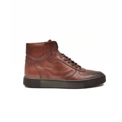 """Muške polububoke cipele/patikecasual sneakers izradjene su od najfinije Nappa kože izrazito glatke strukture, ručno farbane sa tamnobraon polumat završnicom. Ovaj model ima novi pristup u izradi što se vidi po zaobljenim konturama sa delikatnim šavovima na gornjoj strani cipele. Udobni """"TheGom"""" djon od prirodne gume pruža savršen komfor bez kompromisa za ceo dan posebno naglašavajući gornji deo ove muške cipele. Tip izrade Blake Stitch."""