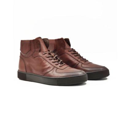 """Muške polububoke cipele/patikecasual sneakers izradjene su od najfinije Nappa kože. Izrazito glatke strukture i ručno farbane sa tamnobraon polumat završnicom. Ovaj model ima novi pristup u izradi što se vidi po zaobljenim konturama sa delikatnim šavovima na gornjoj strani cipele. Udobni """"TheGom"""" djon od prirodne gume pruža savršen komfor bez kompromisa za ceo dan posebno naglašavajući gornji deo ove muške cipele. Tip izrade Blake Stitch."""
