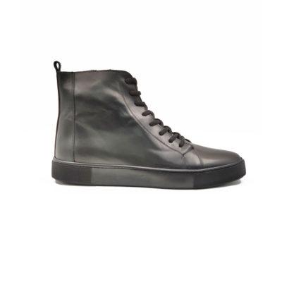 """Muške duboke cipele/patike 9 holes od najfinije crne teleće Nappa kože polirane u polumat završnici, farbane ručno da bi se dobio blago zadimljeni izgled. Monolitni """" The Gom """" djon u army fazonu ima fleksibilnu strukturu i pruža celodnevni komfor. Ne razmišljajte o tome koliko je teško obuvanje ovih cipela jer ovaj model ima rajsfešlus sa unutrašnje strane. Tip izrade Blake Stitch. Samo za odvažne!"""