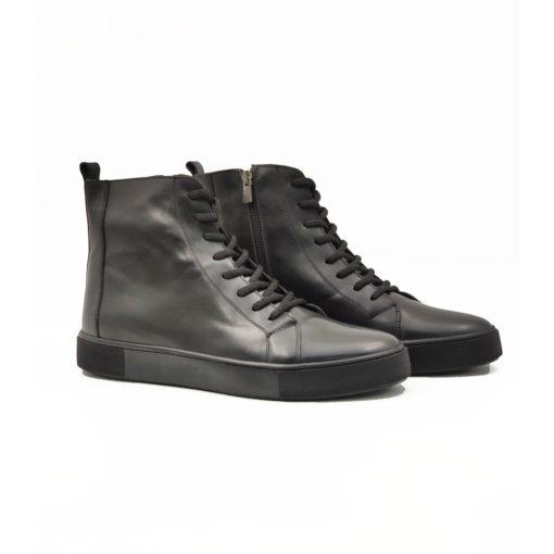 """Muške duboke cipele-patike 9 holes od najfinije crne teleće Nappa kože.Polirane u polumat završnici i farbane ručno da bi se dobio blago zadimljeni izgled. Monolitni """" The Gom """" djon u army fazonu ima fleksibilnu strukturu i pruža celodnevni komfor. Ne razmišljajte o tome koliko je teško obuvanje ovih cipela jer ovaj model ima rajsfešlus sa unutrašnje strane. Tip izrade Blake Stitch. Samo za odvažne!"""