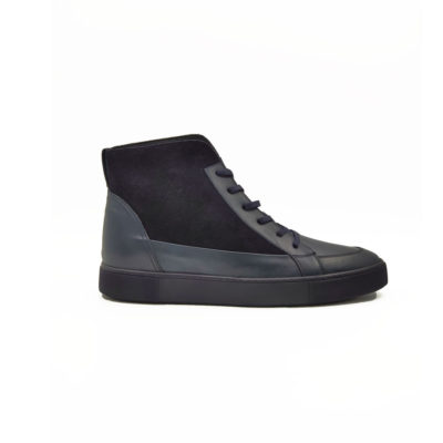 """Muške duboke cipele/patike six holes S6064 za čiju izradu je korišćena prvoklasna Nappa i velur koža tamnoplave boje. Model za muškarce koji cene kvalitet,a žele nešto drugačije…. """"The Gom"""" Đon od prirodne gume i dalje ima fleksibilnu strukturu i pruža neverovatan komfor. Tip izrade Blake Stitch."""