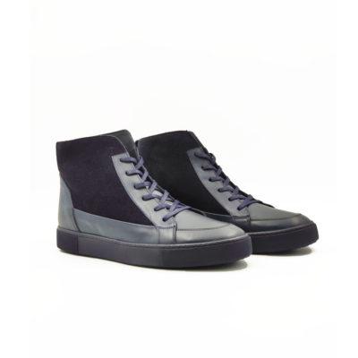 """Muške duboke cipele-patike six holes za čiju izradu je korišćena prvoklasna Nappa i velur koža tamnoplave boje. Model za muškarce koji cene kvalitet, a žele nešto drugačije…. """"The Gom"""" djon od prirodne gume i dalje ima fleksibilnu strukturu i pruža neverovatan komfor. Tip izrade Blake Stitch."""