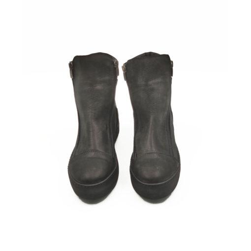 """Ženske poluduboke čizme Ankle boots od fino brušene teleće prevrnute kože u crnoj boji sa diskretno posutim šljokicama. Jednostavan model asimetričnog kroja sa dva bočna rajsfešlusa ima dizajn koji je u toku sa poslednjim modnim trendovima. Za udobnost i dug vek zaslužan je """"TheGom"""" djon od prirodne gume koji ovom modelu daje dinamičan izgled. Tip izrade Blake Stitch."""