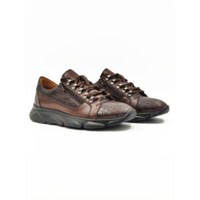 """Muške plitke cipele- patike od prvoklasne teleće Nappa kože. Kombinacija glatke i croco strukture kože. Futurističkim izgledom i blago predimenzioniranim djonom ovaj model ima dizajn koji je u toku sa poslednjim modnim trendovima. Da bi ovaj model jos više bio u trendu tu su po dva rajsfešlusa na svakoj cipeli. """"Lite Gom"""" djon ima fleksibilnu strukturu koja pruža neophodan komfor tokom celog dana. Tip izrade Cementing. Preporuka za ovaj model-samo za one koji su za korak ispred ostalih!"""