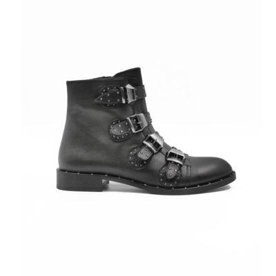 """Ženske čizme Monk strap ankle od najfinije Nappa kože izrazito glatke strukture. Ručno farbane sa crnom polumat završnicom. Blago zaobljena silueta daje ovom monkstrap modelu sa četvorostrukom kopčom jedinstveni osećaj i originalan ton. Čvrsta gumena potplata """"The Gom"""" pruža ovom modelu ženske cipele kompaktni i udoban dizajn. Tip izrade Blake Stitch."""