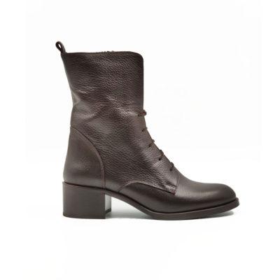 """Ženske duboke čizme combat boots od teleće soft Nappa kože izrazito zrnaste strukture, ručno farbane u tamnobraon boji. Ovaj model odlikuje savremeni casual stil koji pomalo podseća na žensku obuću sa početka 20 veka. Vrhunski djon """"The Gom"""" od prirodne gume sa niskom petom i rajsfešlus sa unutrašnje strane za brzo i jednostavno obuvanje. Za ovaj model čizme , tip izrade Blake Stitch."""