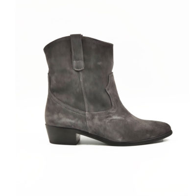 """Ženske poluduboke čizme Almond toe boots B1219 od fino brušene teleće prevrnute kože u tamnosivoj boji. Jednostavan model u kaubojskom stilu koji će se lako uklopiti sa većim delom Vaše garderobe. Ove čizme imaju elegantnu siluetu, a savršene su za svaki dan ako Vaš posao ne zahteva formalno oblačenje. Za udobnost i dug vek zaslužan je """"TheGom"""" đon od prirodne gume. Tip izrade Cementing."""