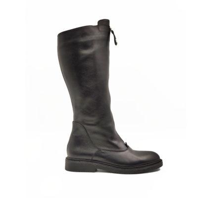 """Ženska obuća-čizme Riding boots od teleće soft Nappa kože izrazito zrnaste strukture,ručno farbane u crnoj boji sa polumat završnicom. Ovaj model je savršena kombinacija udobnosti i stila,a ako volite casual-chic style ovo je pravi izbor za Vas. Ovaj model ima dizajn koji je u toku sa poslednjim modnim trendovima. """"Lite Gom relax"""" djon ima fleksibilnu strukturu koja pruža komfor za ceo dan. Tip izrade Cementing."""