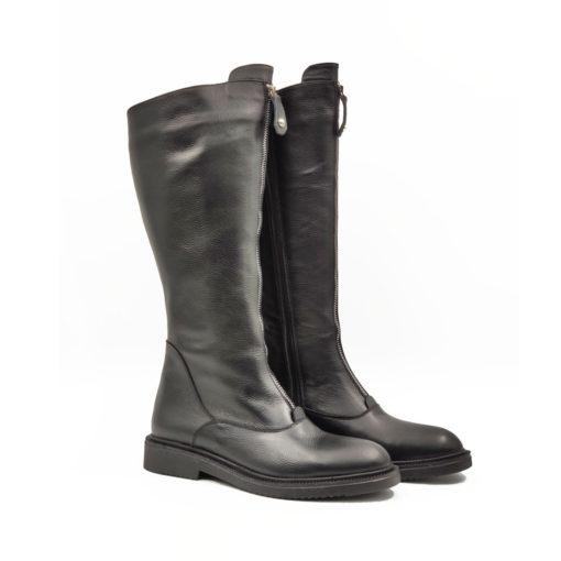 """Ženske čizme Riding boots od teleće soft Nappa kože izrazito zrnaste strukture,ručno farbane u crnoj boji sa polumat završnicom. Ovaj model je savršena kombinacija udobnosti i stila,a ako volite casual-chic style ovo je pravi izbor za Vas. Ovaj model ima dizajn koji je u toku sa poslednjim modnim trendovima. """"Lite Gom relax"""" djon ima fleksibilnu strukturu koja pruža komfor za ceo dan. Tip izrade Cementing."""