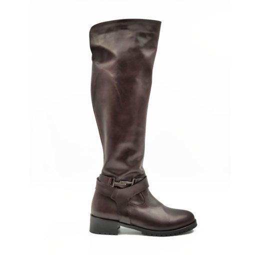 Ženske duboke cipele-čizme Riding boots od vrhunske teleće Nappa kože. Glatka struktura kože u boji čokolade. Ova ženska obuća kombinuje smart casual stil i udobnost za ceo dan. Ako niste skloni kompromisima u savremenoj modi i više volite Englesku klasiku ovo je pravi model za Vas. Tip izrade Cementing.