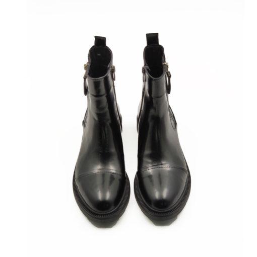 """Kožna ženska obuća-duboke čizme Double zip up od fino brušene teleće Nappa kože sa piano gloss završnicom u crnoj boji. Jednostavan model bez suvišnih detalja sa dva bočna rajsfešlusa. Dizajn koji je u toku sa poslednjim modnim trendovima iz kolekcije jesen-zima 2019. Za udobnost i dug vek zaslužan je """"TheGom"""" djon od prirodne gume koji ovom modelu daje dinamičan izgled. Tip izrade Blake Stitch."""