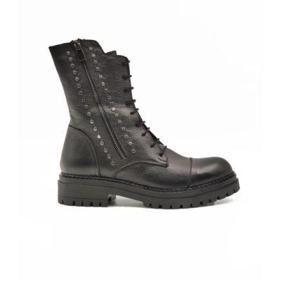 """Ženske cipele-duboke čizme Combat boots B1420 izrazito zrnaste strukture od crne teleće Nappa kože. Ručno farbane i polirane da bi se dobio isti zadimljeni polumat efekat na celoj površini kože. British punk stil model koji će biti nezaobilazan ove zime. Postoje dva rajsflešusa,sa unutrašnje i spoljne strane, koja će olakšati obuvanje . Za udobnost i dug vek zaslužan je """"TheGom"""" djon od prirodne gume. Tip izrade Blake Stitch."""