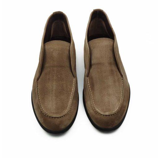 """Muške poluduboke cipele Slip-on izrađene od najfinije prevrnute teleće kože u tamnobež boji. Ono što krasi ovaj model diskretno asimetričnog kroja je neoklasični dizajn. Posebnim tretiranjem i ručnim farbanjem postignut je delimično baršunasti izgled kože. Cela površina cipele dodatno je osenčena abrazivnim četkama u braon boji koje daju ovom modelu savremeni boho stil. Izuzetno udoban djon """" The Gom """" od prirodne gume i tip izrade cementing su prava kombinacija za ovaj model. Ako želite celodnevni komfor ismart casual tip muške obuće ovo je pravo rešenje za Vas. Iskrena preporuka za proleće leto 2020."""