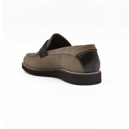 """Muške mokasine Penny loafers izradjene od blago perforirane bež prevrnute kože u kombinaciji sa braon boks kožom u visokom sjaju. Neuobičajena, ali vrlo efektna kombinacija. Ručno farbane muške cipele sa jasno izraženim šavovima koji dodatno naglašavaju vizuelni identitet ovih mokasina. Ovo je pravo rešenje za muškarce koji na prvom mestu traže elegantnost i mušku obuću koju mogu da nose ceo dan. Izuzetno fleksibilna i udobna mokasina zahvaljujući izradi tipa cementing i djonu """" The Gom-Comfort flex """" od prirodne gume. Odlična kupovina ako tražite muške cipele za leto."""