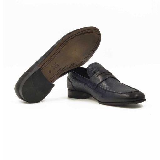 Muške mokasine Penny loafers napravljene od prvoklasne teget Nappa kože izrazito zrnaste strukture. Full grain leather je vrhunska koža i rado je koristimo. Zato su ove mokasine superiorne, a imaju vrlo jednostavan dizajn. I zato su samo za muškarce koji preferiraju sofisticiran stil oblačenja. Ručno su farbane više puta i polirane, ali ne previše da bi struktura kože bila jasna. Djon je izradjen od kompozitnih materijala zahvaljući kojima je postignut balans izmedju komfora i dugotrajnosti.Izrazito fleksibilna i udobna muška obuća zahvaljujući izradi tipa Bologna stitch. Djon je tako šiven da sprečava bilo kakvu deformaciju. Sa ovim mokasinama ne morate da brinite, nećete pogrešiti!