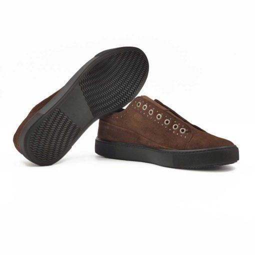 """Muške patike cipele Slip on od meke braon prevrnute kože blago baršunastog izgleda. Koža je ručno farbana i tretirana posebnim četkama da bi se dobio trendi stil. U prvom planu su metalne nitne koje se posebno ističu na ovom modelu zbog nedostatka pertli. Ali uz ovaj model dobijate braon voskirane pertle pa ćete moći da ih nosite na dva načina. Koja je bolja kombinacija? Dodjite do nas i probajte. Prvoklasni djon """" The Gom """" od prirodne gume u crnoj boji stvara zanimljiv kontrast, ali pruža punu fleksibilnost i komfor koji se očekuje tokom celog dana. Tip izrade- Blake Stitch. Pun pogodak kada su u pitanju muške cipele za proleće-leto 2020!"""