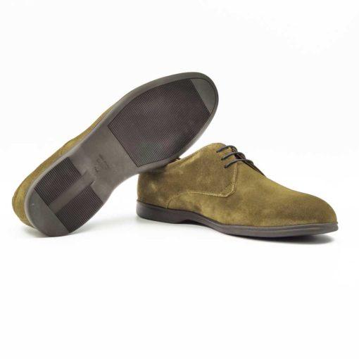"""Muške casual cipele za proleće i leto Plain Toe Blucher od najfinije prevrnute kože ručno farbane u tamnozelenoj boji. Kompaktni dizajn izveden u kombinaciji sa robusnim gornjim delom kao rezultat daje model koji će biti savršen uz svaki Jeans ili Chinos pantalone. Zahvaljujući visokom kopčanju i svega tri rupe za pertle ove cipele će odgovarati i muškarcima koji imaju visoki ris i/ili široko stopalo. Meka prevrnuta koža će se savršeno oblikovati prema Vašem stopalu već posle nekoliko sati hodanja. Tanke pamučne pertle dodatno naglašavaju jednostavnost i prefinjenost. Skoro nevidljivi djon """"The Gom"""" od gume sa malom petom pružiće Vam udobnost koju očekujete. Tip izrade- cementing."""