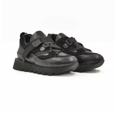 Ženske patike cipele napravljene u kombinaciji prvoklasne crne Nappa i prevrnute kože. Obe kože su delikatno obradjene i povezane jakim štepovima koji dodatno naglašavaju dinamičan vizuelni identitet ovog modela. Praktično rešenje u vidu elastične trake koja uspešno menja pertle i razbija klasičan koncept izrade patika. Unutrašnjost i gazište su u potpunosti od kvalitetne prirodne kože u crnoj boji. Blago povišeni djon od EVA gume pruža ovim ženskim patikama maksimalnu udobnost uz minimalnu težinu. Savršena obuća za one koji vole brzo obuvanje.