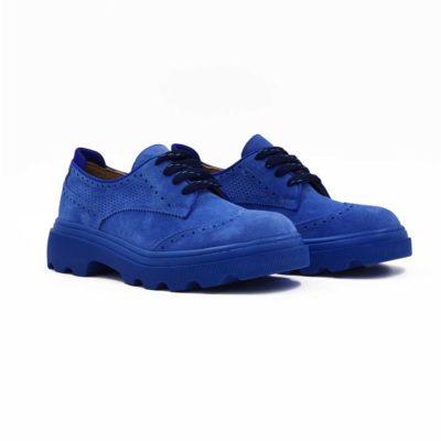 Ženske cipele za proleće i leto Derby napravljene su izuzetno meke prevrnute kože u Azzuro plavoj boji. Posle farbanja su blago češljane finim četkama da bi se dobio puniji i baršunast izgled kože. Visoko šniranje sa svega četiri rupice i široke pamučne pertle daju ovom modelu street casual look. Masivni djon u boji prevrnute kože izradjen je od EVA gume i zato će pružiti maksimalnu udobnost uz minimalnu težinu. Jedan od naših favorita kada je u pitanju ženska obuća za proleće i leto!