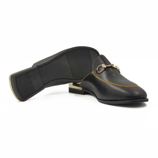 """Ženske elegantne papuče Horse bit izradjene od najfinije crne glatke Boks kože ručno farbane u polumat završnici. Metalna šnala i delikatan štep na gornjem delu dodatno ističe linearnu siluetu i daje snažan vizuelni identitet. Konac i ivica kože su žute boje, ali vrlo diskretno pa se jedva primećuje. Idealan model ženske obuće za leto ako volite papuče ali niste u mogućnosti da nosite otvorenu obuću. Poseban detalj je trendy Cube-heel peta u kombinaciji crne i zlatne koja pruža odličan balans za stopalo. Unutrašnjost papuče je kompletno od vrhunske kože. Udoban """" TheGom """" djon od prirodne gume pružiće Vam punu fleksibilnost. Komfor koji se očekuje tokom celog dana."""