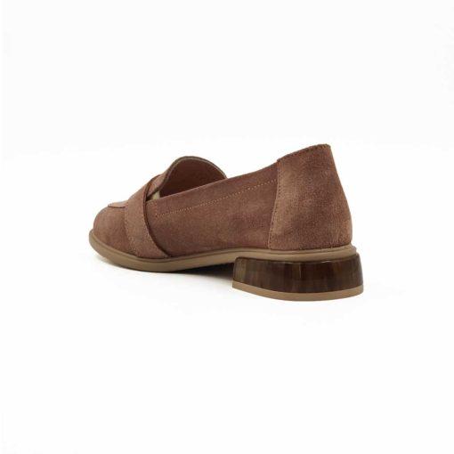 """Ženske cipele mokasine sa niskom štiklom Almond Toe od prevrnute kože ručno farbane u roze boji. Sledeći korak je češljanje finim četkama da bi se dobio fini baršunasti izgled. Savršene ženske cipele u romantičnom stilu. Braon peta i šnala u retro fazonu samo pojačavaju taj osećaj. Ako volite da nosite obuću i na bosu nogu ovo je pravi izbor jer je unutrašnjost i gazište kompletno od prirodne kože. Dvobojni """" The Gom """" djon od prirodne gume sa blago povišenom petom prijaće Vašim stopalima. Biće savršeno rešenje ako ceo dan provodite u istoj obući."""