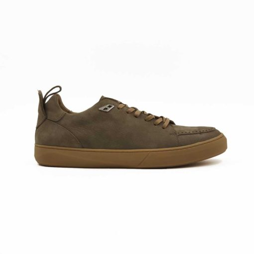 """Muške sportske cipele casual sneakers od prvoklasne Nubuk kože u bež boji. Ručno brušena koža da bi se dobila savršeno glatka struktura, a potom bojena sa mat završnicom. Na više mesta je proštepana, pogotovu na prednjem delu sa izrazitim šavom i diskretnim rupicama. Biće savršene za svaki dan ako Vaš posao ne zahteva formalno oblačenje. Desert beige djon """" The Gom """" od prirodne gume se savršeno slaže sa voskiranim pertlama. Svaka preporuka ako tražite mušku obuću koja je udobna i lako se uklapa uz svaku garderobu. Tip izrade- Blake Stitch."""