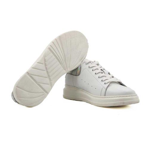"""Muške plitke patike cipele od prvoklasne Nappa kože. Ručno farbane u polumat beloj boji. Jednostavan i vrlo sveden model patika na kojima je glavni fokus srebrni komad kože na zadnjem delu. Blago povišeni djon """" The Gom """" je izuzetno lagan i udoban. Za one koji su ceo dan u pokretu, a cene samo udobnu mušku obuću. Pametan izbor ako tražite muške sportske casual patike koje su kompletno kožne i spolja i iznutra. Tip izrade- Blake Stitch."""