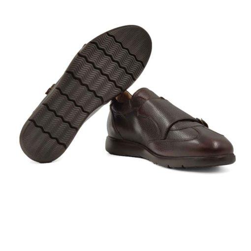 Muške elegantne patike od vrhunske Boks kože u braon boji, izrazito zrnaste strukture. Hibridni model patika i double monk cipela koji se tek odskoro pojavljuje na tržištu. Ali kod ovog modela je postignut savršen balans bez obzira što su u njihovom dizajniranju korišćena dva nespojiva stila. Farbane su ručno , ali neravnomerno da bi se dobio patina efekat. Na kraju su polirane specijalnom pastom u polumat završnici sa blago zadimljenim izgledom. Jednostavne i moderne muške cipele patike koje odlikuje uglađena silueta i komfor. Model cipela za savremene muškarce koji cene kvalitet, a žele nesto drugačije i retko.... A pri tom sami definišu svoj Dress code. Postava je i ovde standardna za našu obuću i koristimo samo prirodnu kožu. Vrhunski EVA djon The Gom pruža punu fleksibilnost i komfor za muškarce koji su ceo dan na poslu. Zato su ove muške cipele patike mnogo lakše nego što očekujete. Ovo je model koji zaista preporučujemo za proleće leto, ako želite nešto moderno i nekonvencionalno. Tip izrade Cementing.