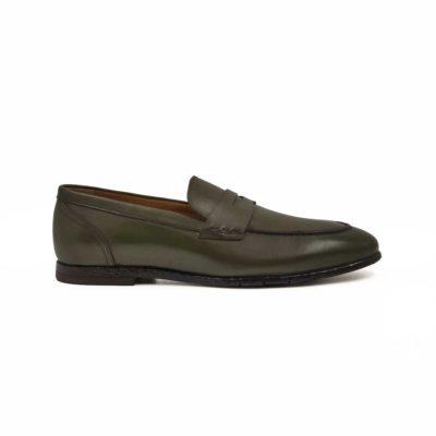 Muške smart casual mokasine Penny loafer napravljene od prvoklasne tamno zelene Nappa kože izrazito glatke strukture. Posebna pažnja je posvećena farbanju i poliranju da bi se dobio patina efekat kože. To je jedan od razloga zašto su ove muške mokasine superiorne, a imaju vrlo jednostavan dizajn. I zato su samo za muškarce koji preferiraju sofisticiran stil oblačenja. Ručno su farbane i polirane, tako da bi struktura kože bila jasna. Djon je izradjen od kompozitnih materijala zahvaljući kojima je postignut balans izmedju komfora i dugotrajnosti. Izrazito fleksibilna i udobna muška obuća zahvaljujući primeni metode Bologna stitch. Djon je tako šiven da sprečava bilo kakvu deformaciju., Sa ovim mokasinama ne morate da brinite o svom stajlingu, nećete pogrešiti!
