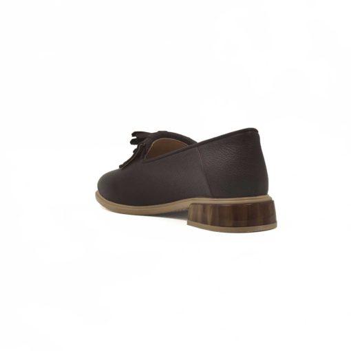 Ženske cipele sa niskom petom izradjene od najkvalitetnije braon boks kože izrazito zrnaste strukture. Za ove ženske cipele koristili smo Full grain leather, tip kože koji se smatra najboljim izborom kada je u pitanju kožna obuća za žene. Ručno su farbane, a zatim polirane u polumat sjaju. Korišćenjem specijalne paste na kraju, postignut je blago zamagljen izgled kože. Blago zaobljeni vrhi maxi rese daju ovom modelu ženske obuće savremeni karakter sa klasičnim pristupom kada je dizajn u pitanju. Blago povišena peta i silikonski uložak na kožnom gazištu su savršena kombinacija za udobnost. Postava u ovom modelu je kompletno od prvoklasne kože koja nije naknadno bojena. Uzbudljiv detalj na blago povišenoj peti je imitacija drveta u visokom sjaju. UdobanTheGom djon od prirodne gume sa niskom petom pružiće odličan balans Vašem stopalu i sav potreban komfor tokom celog dana. Ako ste više klasičan tip i ne volite da ekserimentišete, onda je ovo jedan od naših favorita kada su u pitanju ženske cipele za proleće i leto. Ultimativni Italijanski dizajn sa elementima prefinjenosti.